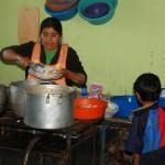 Maria sert les enfants d'Alto Trujillo