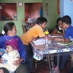 une maman assiste au cours de Gloria à Alto Trujillo